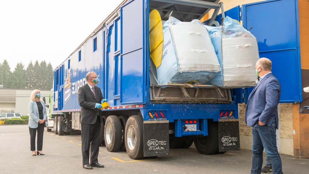 Return-It first in Canada to deploy CNG hybrid-electric compaction truck for recyclables hauling
