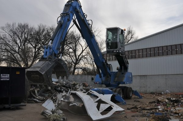Terex Fuchs MHL331D material handlers offer a maximum eye-level of 17 feet so operators can look over the tops of high wall containers when loading material.