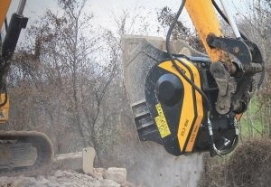 Compact, light crushing and screening buckets designed for mid-range carriers