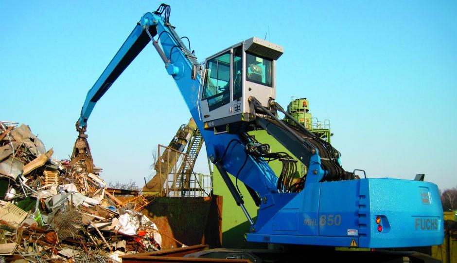 Material handlers MHL 850 - Electric mobile material handling machine handling scrap. The machine is fully mobile.