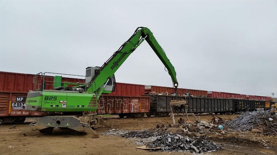 825 Material Handler loading railcars in Texas.
