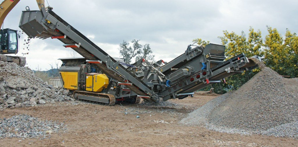 The Rubble Master RM 100GO! crusher in operation.