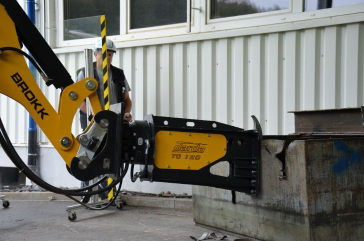 The TC120 provides great flexibility with its hydraulic rotation capabilities and five-inch-wide jaws. It exerts 75 tons of cutting force at 7,250 psi to easily cut through half-inch thick steel plate.