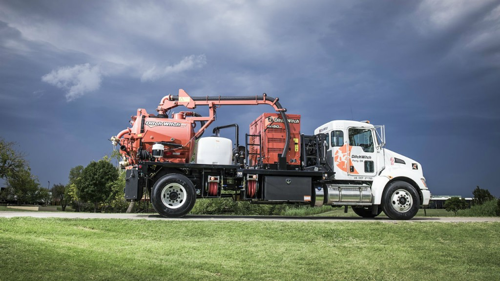 The FXT50 Air gives the versatility of having one unit with both air and hydro excavation systems onboard.