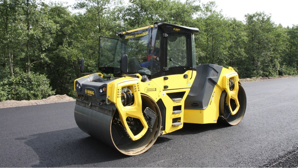 The new BOMAG BW206AD-5 tandem vibratory roller deliver a smoother finish and improve mat quality, it's also built with a larger platform for increased legroom and greater operator comfort.