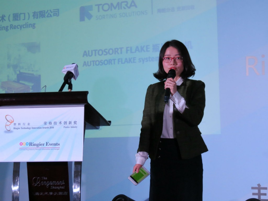 Amy Guan, TOMRA Sorting Recycling China, accepting the Ringier Technology Innovation award for the AUTOSORT Flake.