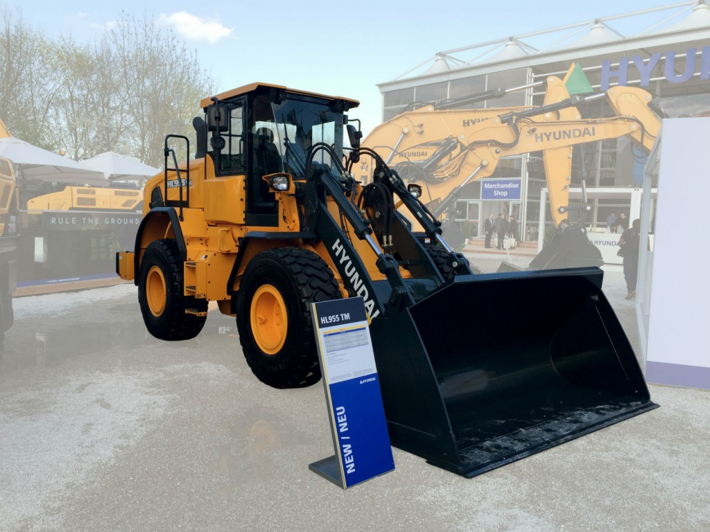 The new Hyundai HL955TM wheel loader is the second Tool Master model to join the HL900 series. These models feature parallel linkage, which is especially effective in fork applications where level lifting is important.