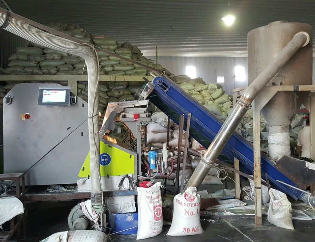 At PT. Rejeki Adigraha Sesotec's FLAKE PURIFIER multi-sorting-system (left side in the picture) is used for the separation of PVC in plastics processing.