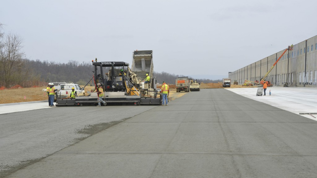 The Volvo ABG7820C paver ensures a smooth, high quality surface at the Liberty Trust distribution centre in Shippensburg, Pennsylvania.
