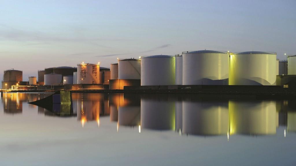 Wireless transmitter alerts tank operators to pressure control problems