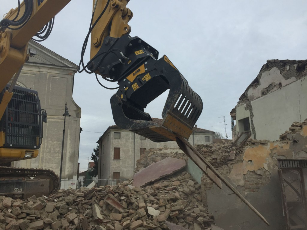 The MB-G900 grapple has many design features that enhance performance, allowing operators to always have the maximum working versatility to do jobs that with other equipment would be simply impossible.