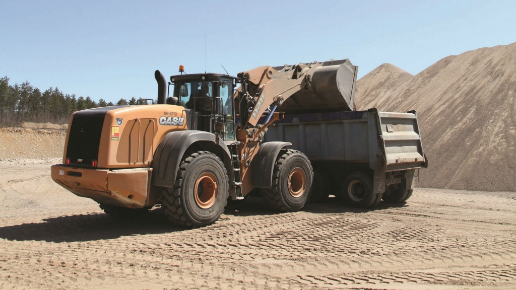 The 1121F with a six-yard bucket is an ideal match for both the trucks and aggregate plant hoppers.