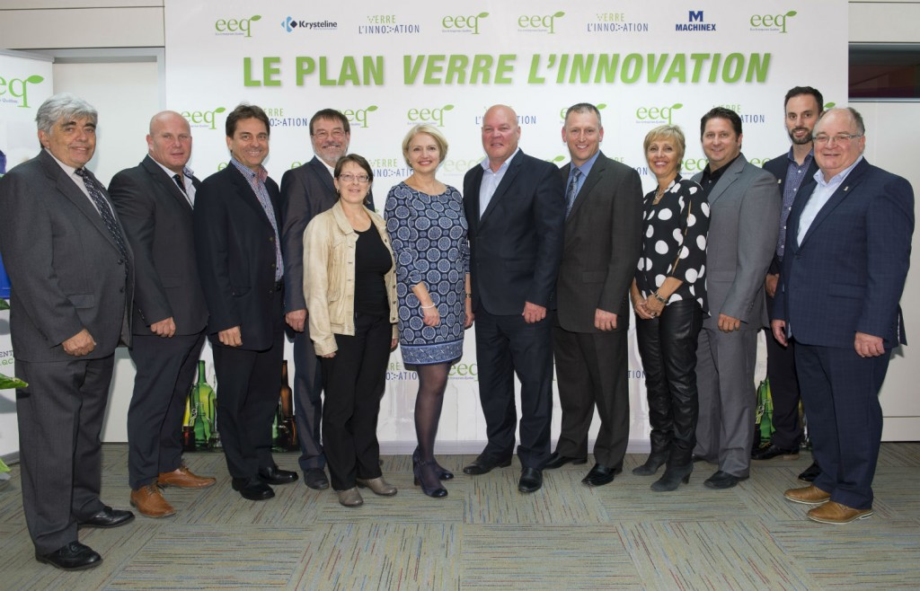 Maryse Vermette, President and Chief Executive Officer and Denis Brisebois, Chair of the Board of Directors, Éco Entreprises Québec, with representatives of the five sorting centres selected under ÉEQ's Innovative Glass Works Plan.