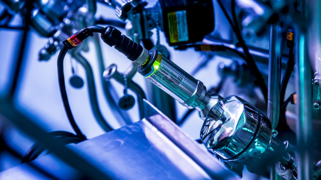 Self-calibrating temperature sensor