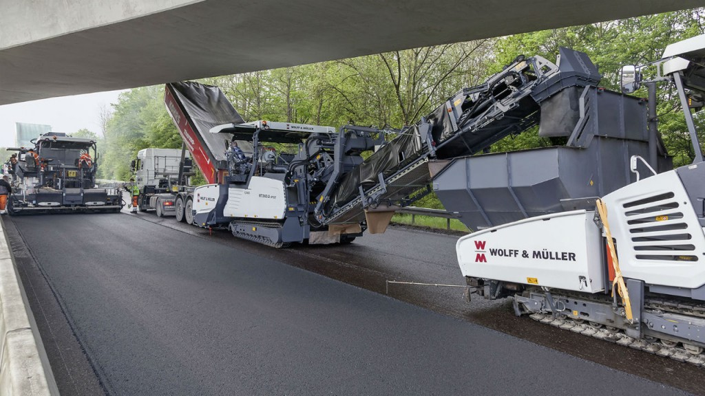 VÖGELE Offset PowerFeeders are the ideal choice for a German motorway project.
