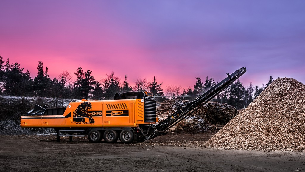 The swiveling rear conveyor of the Doppstadt DH 910 SA-B discharges wood chips carefully, producing high quality chips with a low proportion of fines.
