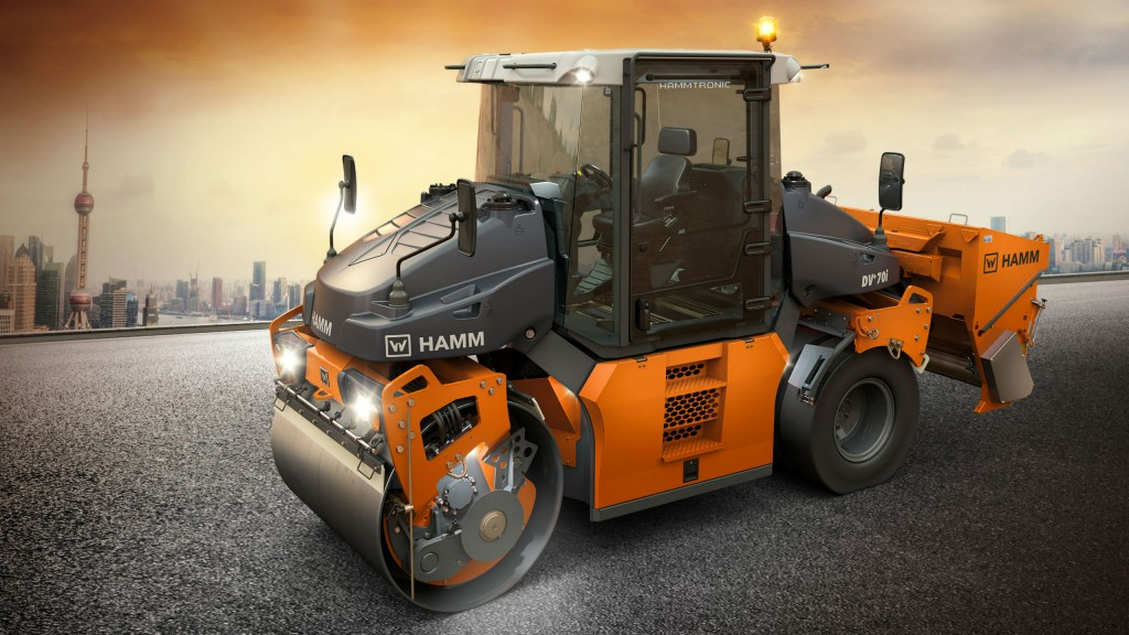 The Hamm DV+ is available as a tandem roller with double vibration drums or with oscillation and vibration drums, and also as a combi roller.