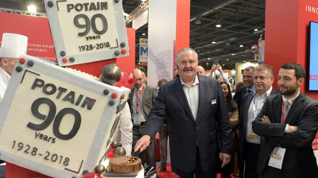 Manitowoc President and CEO Barry Pennypacker cuts the cake marking Potain's 90th anniversary at Intermat.