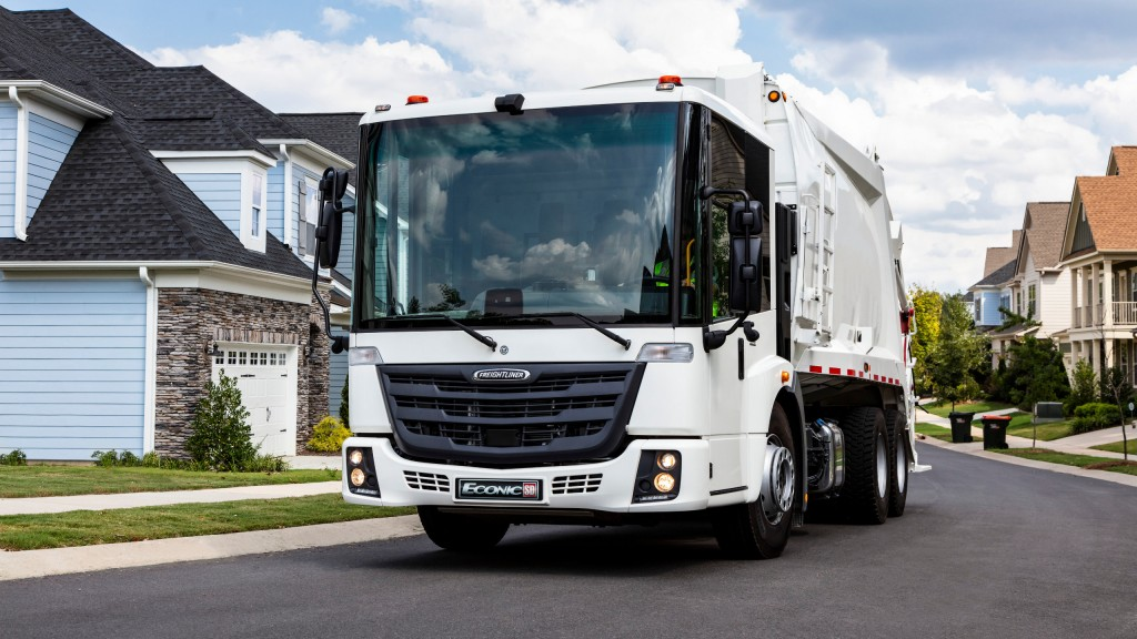 The Freightliner EconicSD features a panoramic windshield that enables maximum visibility for drivers, enabling a better view of both pedestrians and drivers of other vehicles on daily waste collection routes. The various innovative safety features built into this truck have been a key selling feature for customers and have contributed to the successful market reception.