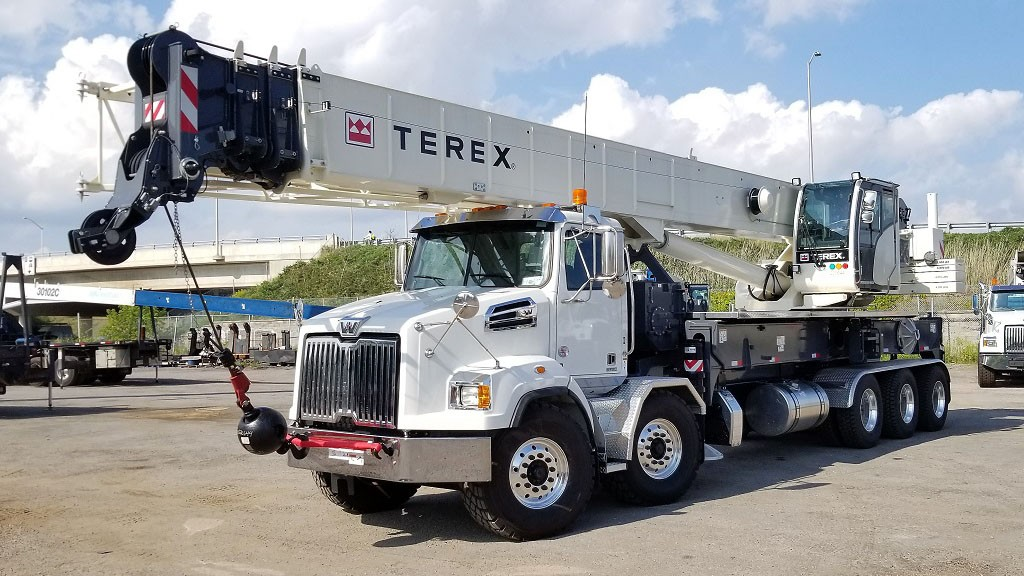 The Terex Crossover 8000 boom truck crane features a 126 ft (38.4 m) fully synchronous telescopic boom and has a 80 USt (72.4 tonne) maximum lifting capacity.
