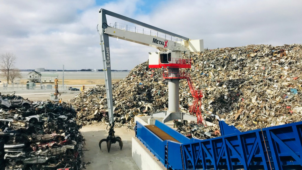 In feeding mode – at the startup of MetalX's 500-hp mega-shredder in Delta, Ohio – a new 1000 Series E-Crane with over 100 feet of reach.