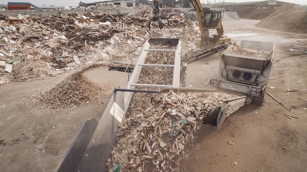 With their highly productive processing technologies, Lindner aims to transform waste wood into a profitable fuel.