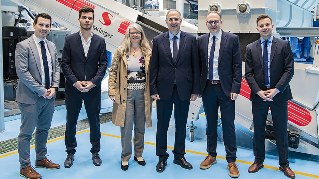 F.l.t.r. Starlinger Sales Manager Florian Mitterecker, Technician Leander Huemer and Managing Partner Angelika Huemer, Cypriot's Environment Minister Costas Kadis, Lindner Washtech CEO Harald Hoffmann and Sales Manager Marcel Willberg.