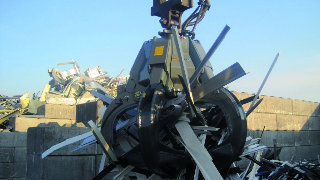 KINSHOFER engineered the P-Series with 360-degree rotation to efficiently handle bulky materials, such as scrap and demolition waste for loading and unloading.