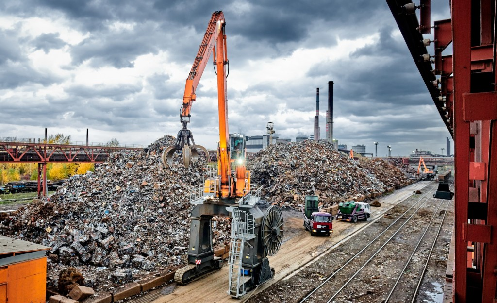In the Czech Republic, with rail tracks on one side and piles of scrap metal on the other, the flexible Sennebogen 840 crawler gantry solution ensures work can continue uninterrupted while trucks deliver scrap to the steelworks.