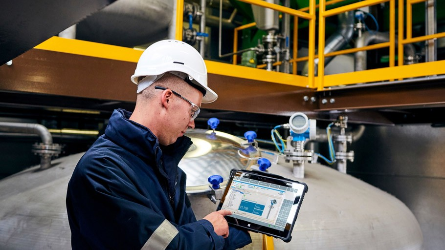 Endress+Hauser's robust, touch-enabled Field Xpert tablet PC (here:  model SMT70 for Cl. 1 Div. 2) allows maintenance staff to manage virtually all digitally communicating E+H and other field instruments.