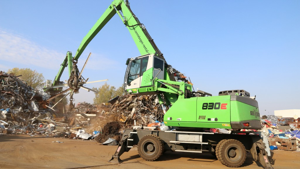 The 830 E mobile material handler complements the stationary unit at the center of Scholz' scrap yard in Zwickau.