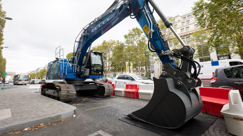 The 60,000th R 922 was on show on the world's most beautiful avenue, the Champs Elysées, in Paris, for two days.