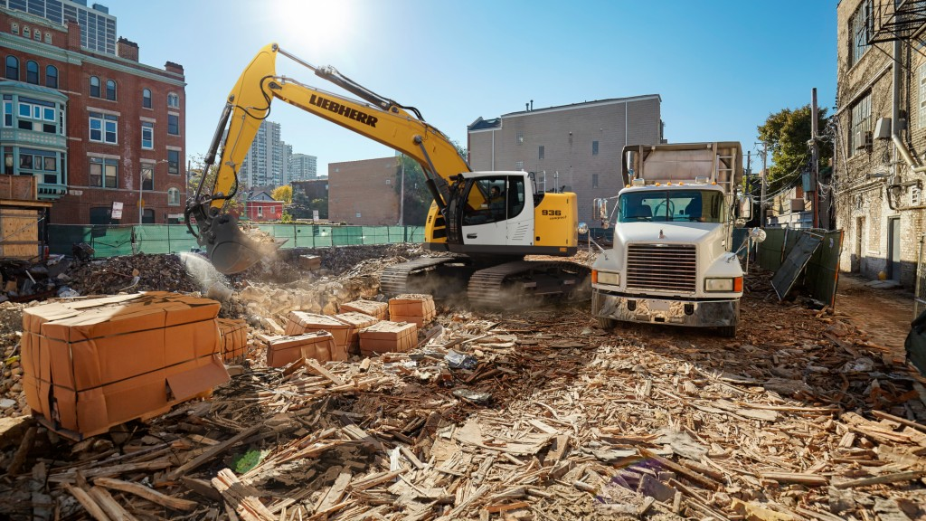 R 936 Compact crawler excavator with waste construction wood