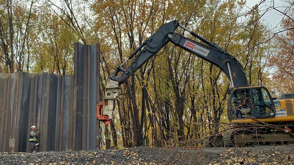 Vibratory pile drivers part of Sainte-Marthe-sur-le-Lac's dike rehabilitation