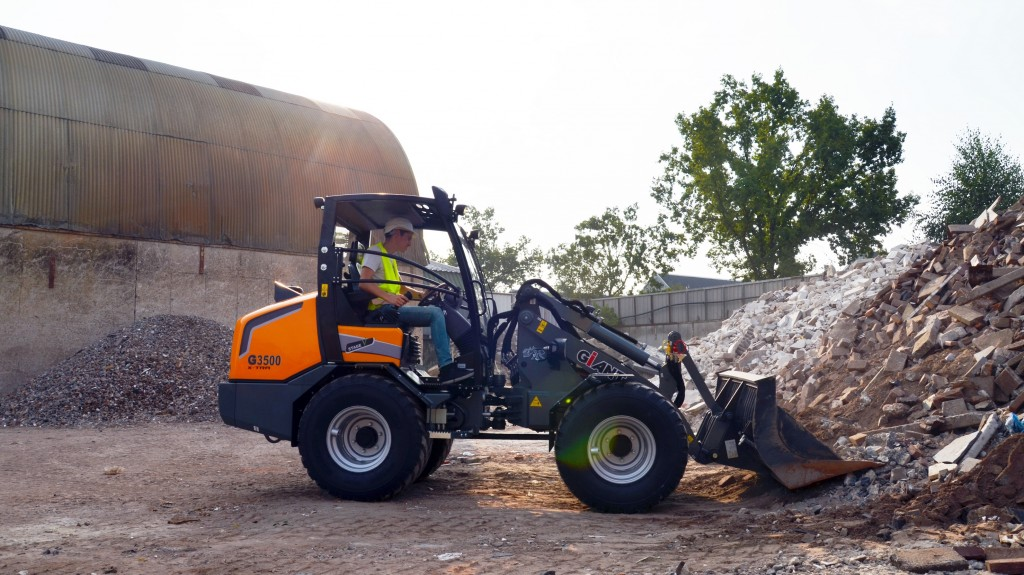 TOBROCO-GIANT G3500 X-TRA compact track loader lifting rubble