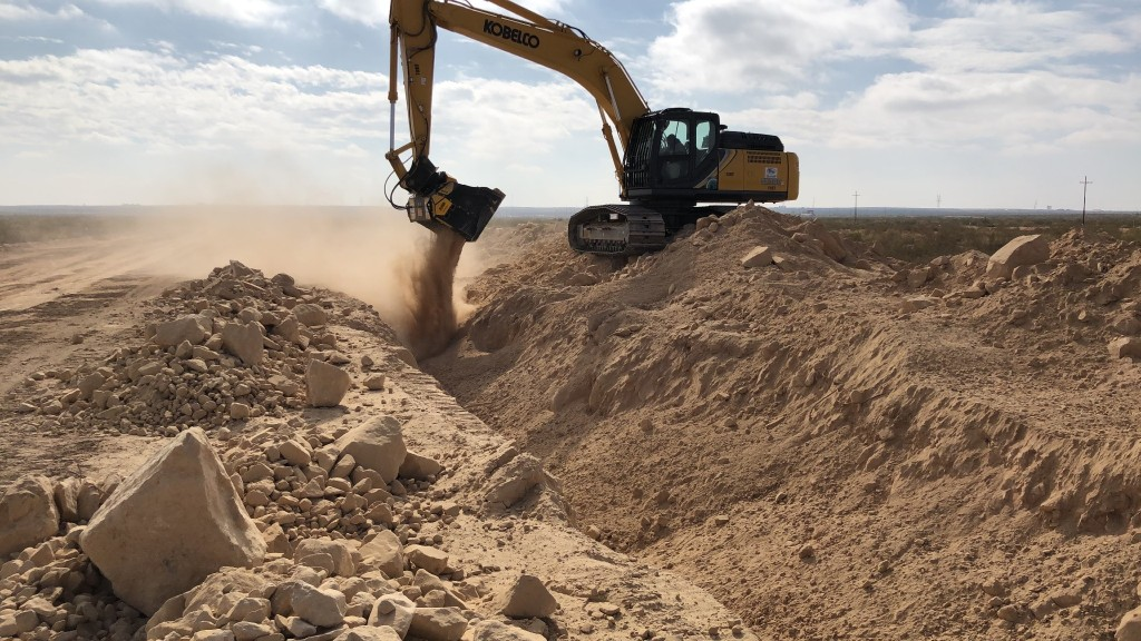 The MB-HDS shafts screener processing soil and rocks in the USA.
