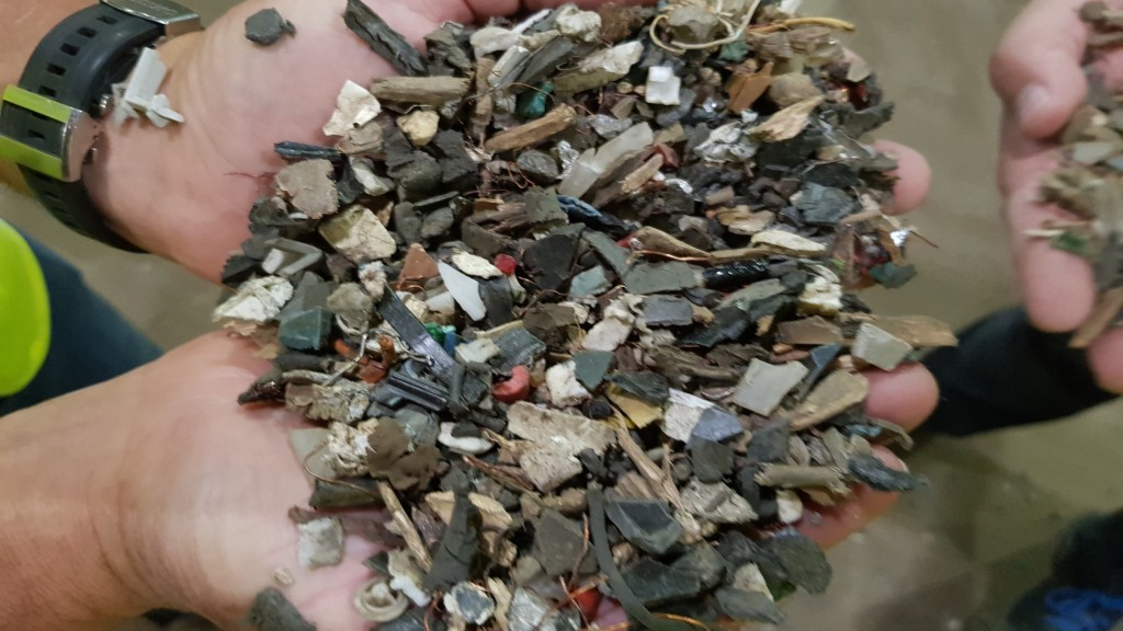 The input material contains valuable metals but also glass and minerals.