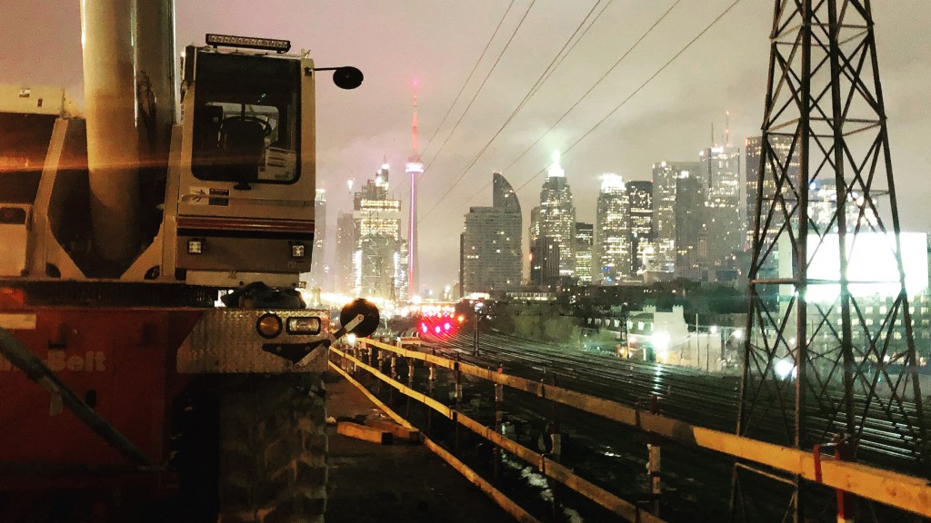 Link-Belt tandem crane working at night