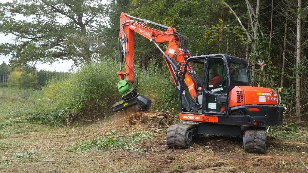 While PRINOTH is known for its crawler carriers, it also manufactures a wide range of mulching equipment and carriers, such as the latest excavator attachment, the M450e-1090.
