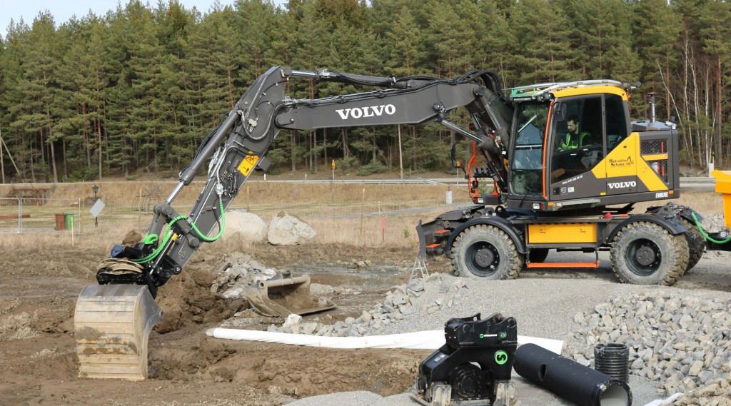 Volvo excavator in the field using a Steelwrist quick coupler
