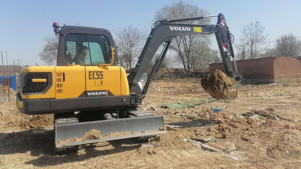 electric customer pilot excavator arrives at customer site in China