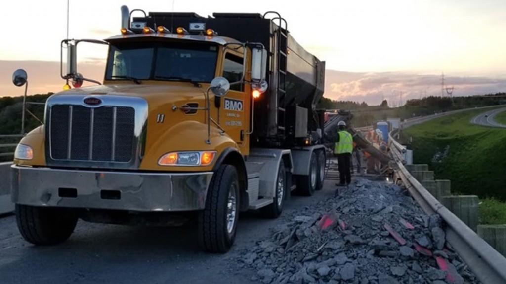 beton mobile quebec truck on a highway