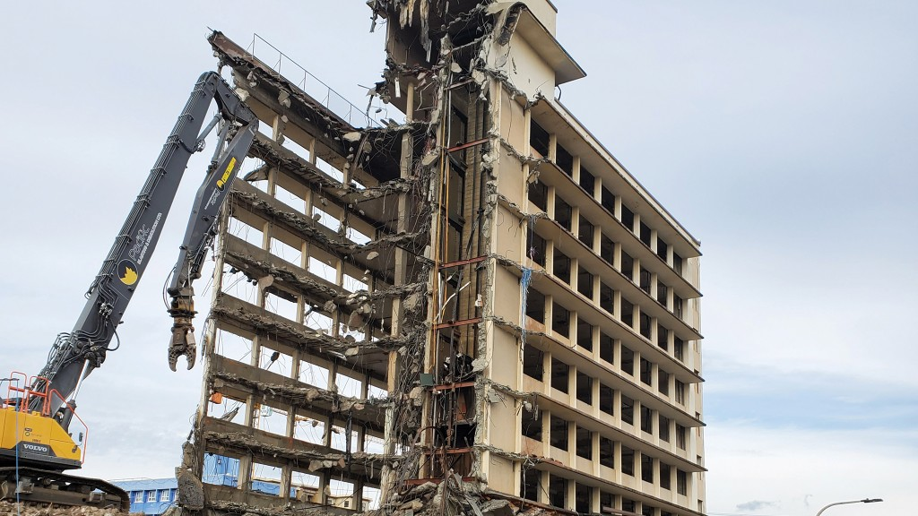 High-reach demolition work is a challenge for the operator thanks to many variables.