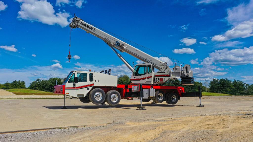link belt 65ht truck crane in a yard