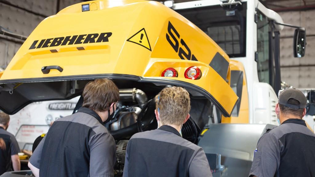 Students learn diesel repair on Liebherr equipment