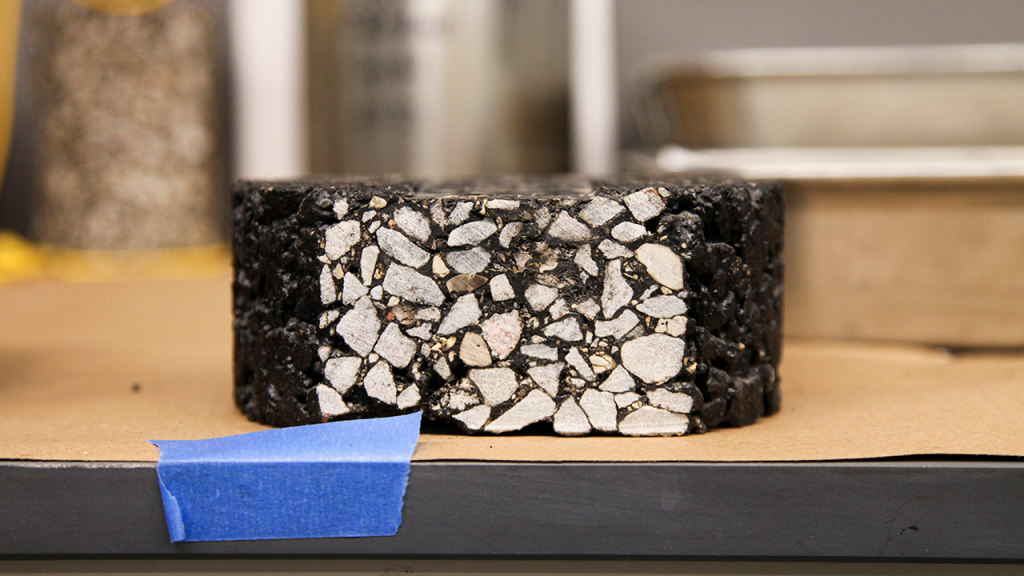 A pavement test mixture cut in half visualizing the used plastic waste.