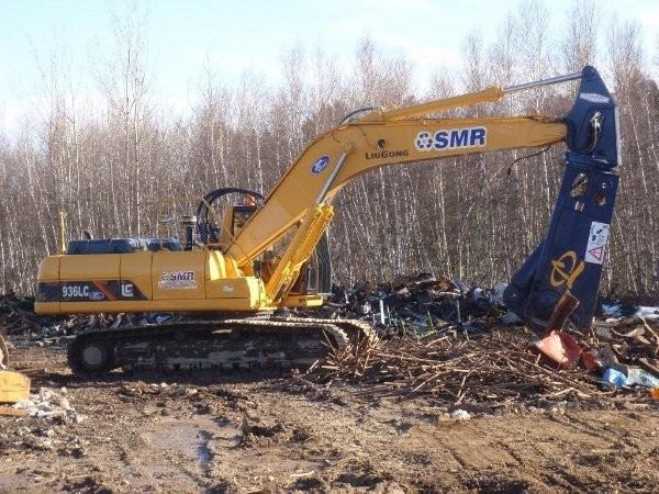 LiuGong excavator, fitted with a LaBounty shear.