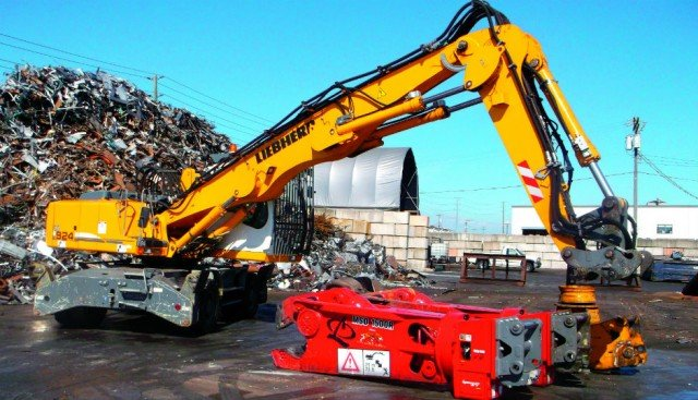 West Coast Metal Recycling is one of the first in Canada to use a LIKUFIX hydraulic coupler on their Liebherr A924 material handler.