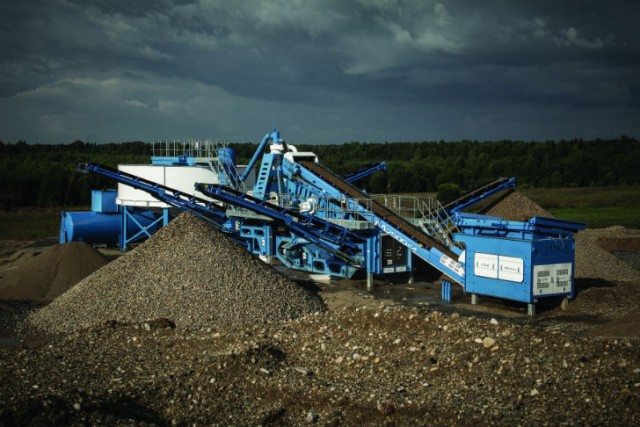 M2500 mobile washing plant allowing for feeding screening sandwashing & stockpiling on one compact chassis.