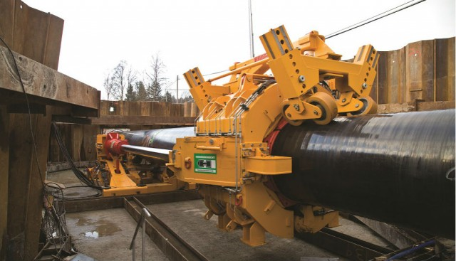 In the Pipe Express method, with a thrust of 500 tonnes the Herrenknecht Pipe Thruster at the starting position pushes forward the excavation unit together with the pipeline.
